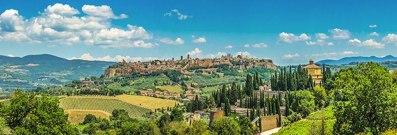 Panoramablick über Landschaft in Italien