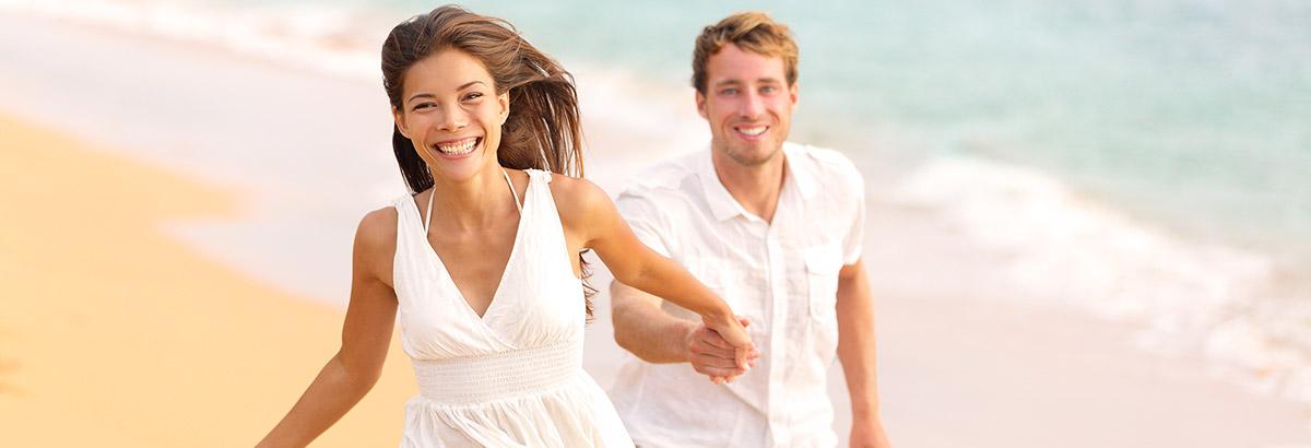 Junges Paar glücklich in den Ferien am Strand im Süden