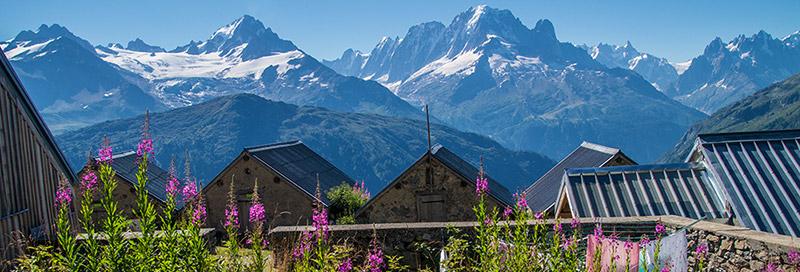 Panoramablick über Dächer kleiner Häuser in den Bergen