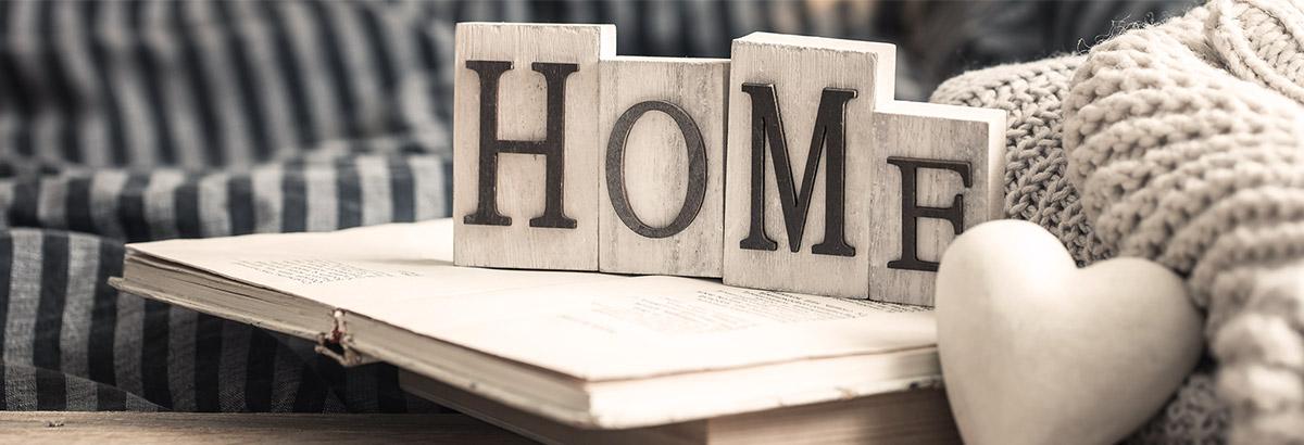 Schriftzug HOME in heimeliger Umgebung