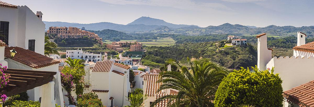 Panoramablick über weiße Häuser in hügeliger Landschaft Spaniens